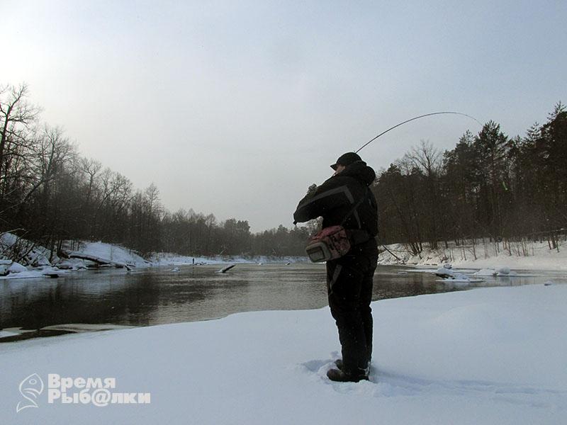 ловля на незамерзающих речках